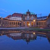 Foto Dresden Gebäude mit Wasser Spiegelung im Abendlicht