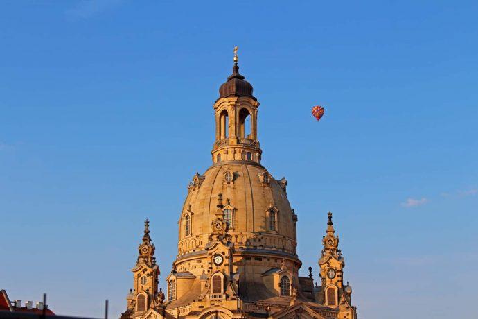 Foto Dresden Gebäude Kirche Blau mit Heissluftballon