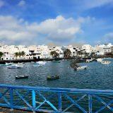Foto Fischerei Hafen mit Booten, Farbe blau und weiß auf Lanzarote, Kanarische Inseln
