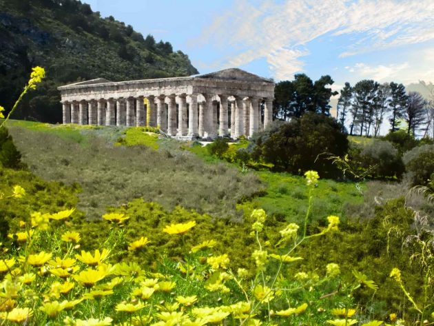 Foto Tempel Gebäude antik Tagesstimmung auf Sizilien mit bunten Blumen und blauem Himmel und kleinen Wolken