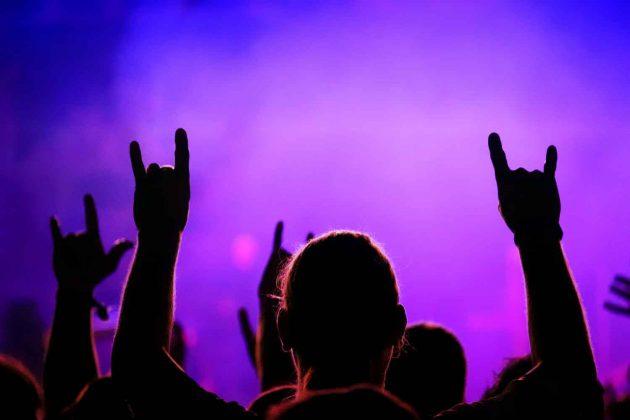Foto Konzert Bühne Rock Pop mit Publikum stimmungsvoll in den Farben blau Magenta mit Nebel