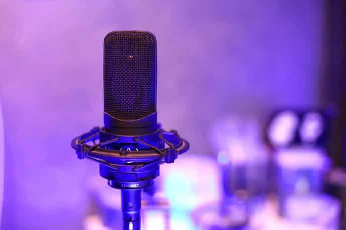 Foto Studio Mikrofon Großmembran im Tonstudio Technik magenta
