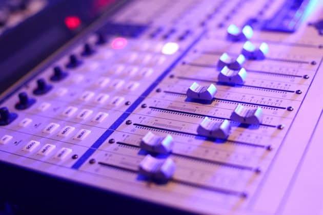 Foto Mischpult Controller im Tonstudio DAW Technik blau magenta