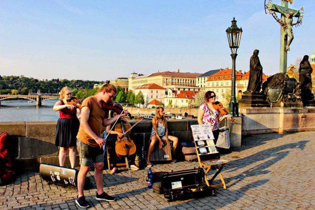 Foto Strassenmusik auf der Karlsbrücke über der Moldau in Prag